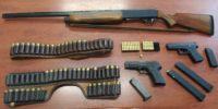 Σε έρευνα της οικίας του βρέθηκαν 2 πιστόλια, μια καραμπίνα και πλήθος φυσιγγίων